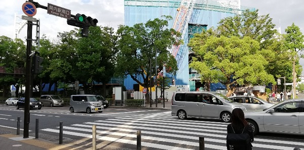 JR関内駅南口の交差点の向こう側にある横浜スタジアム