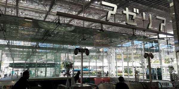 川崎駅のアゼリア地下街のガラス張りの入り口