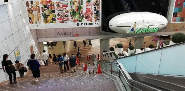 川崎駅東口の地下街アゼリアへ向かう階段