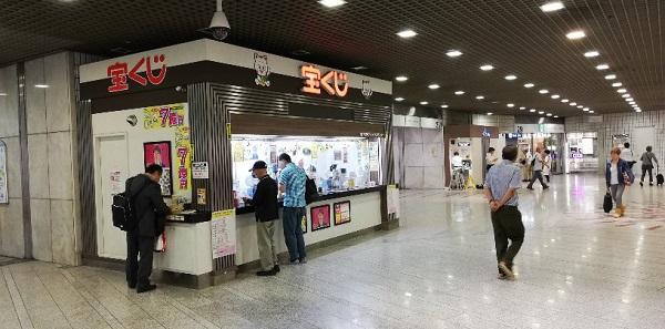 川崎駅東口のアゼリア地下街内の宝くじ売り場前