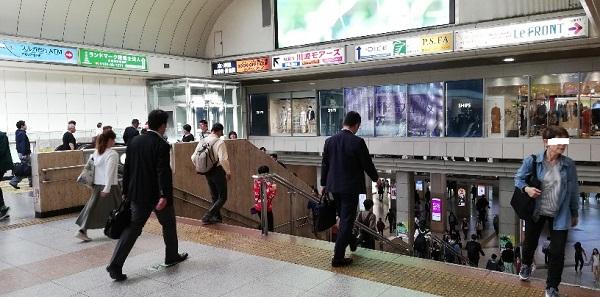 川崎駅の中央通路の下る階段