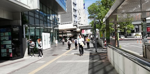 川崎駅の東口の高架の前の通り