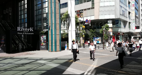 川崎駅の東口のRiverK前の信号