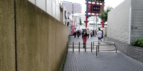 JR石川町駅前の中華街の門