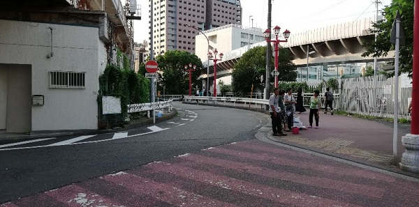 JR石川町駅前から中華街西門へ向かう