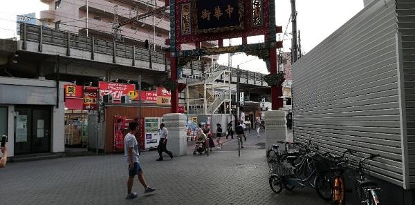 JR石川町駅前の中華街門をくぐる