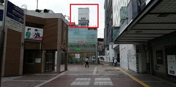 横浜駅の中央西口から見えるモアーズの時計