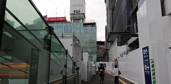 横浜駅中央西口から横浜モアーズへ向かう
