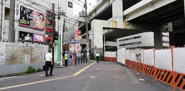 横浜駅のきた西口前、高架下