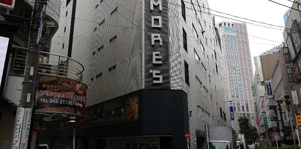 横浜駅のきた西口前のモアーズ