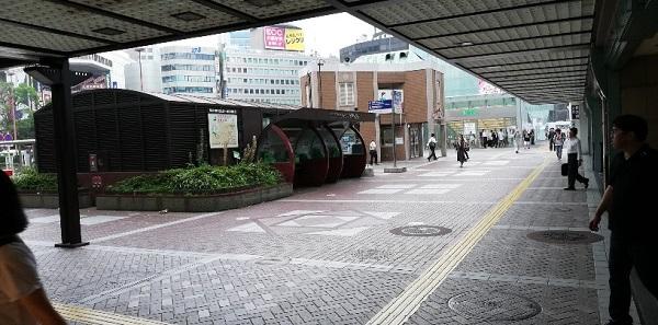 横浜駅の中央西口前の交番前、公衆電話があるところ