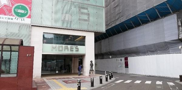 横浜駅の西口のモアーズ前