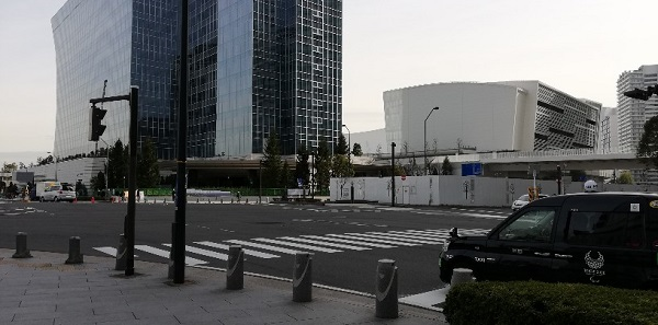 「臨港パーク入口」交差点前のカハラホテルとパシフィコ横浜ノースの外観