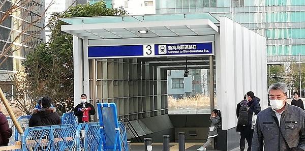みなとみらい線、新高島駅の3番出口前