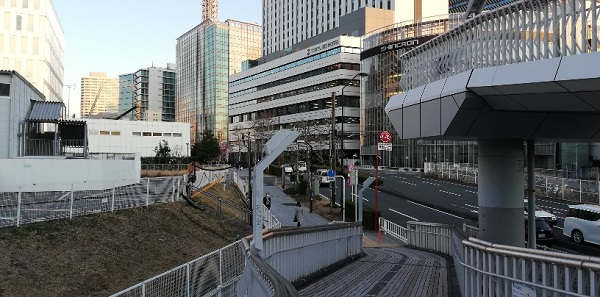 高島町駅歩道橋下、東急REIホテル前