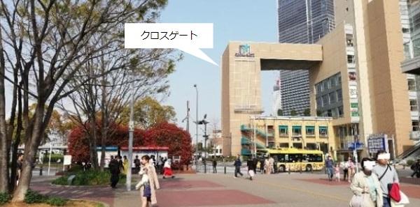 桜木町駅前クロスゲート前の交差点