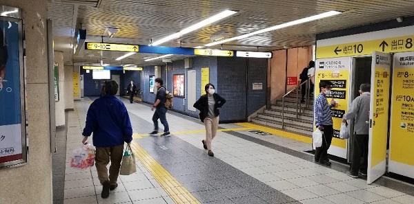 横浜駅地下鉄ブルーラインのジョイナス口改札前の通路