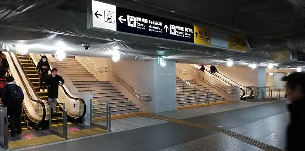 横浜駅中央通路階段(西口前)