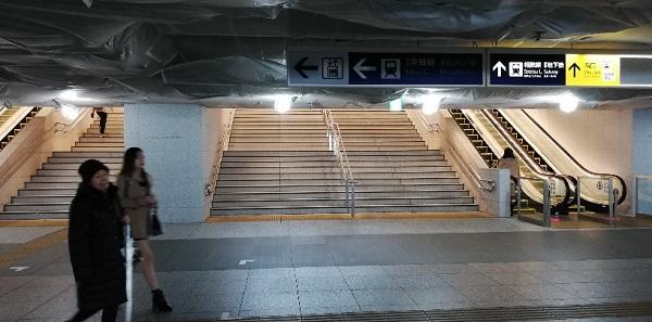 横浜駅西口、中央通路につながる階段