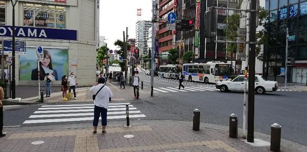 横浜駅西口「洋服の青山」前の交差点