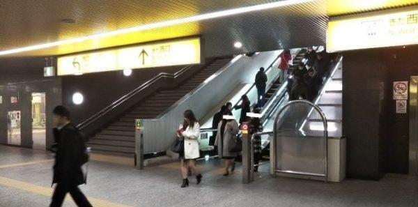 横浜駅きた西口へ上る階段