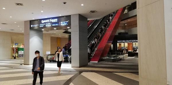 クイーンズスクエアの巨大エスカレーター
