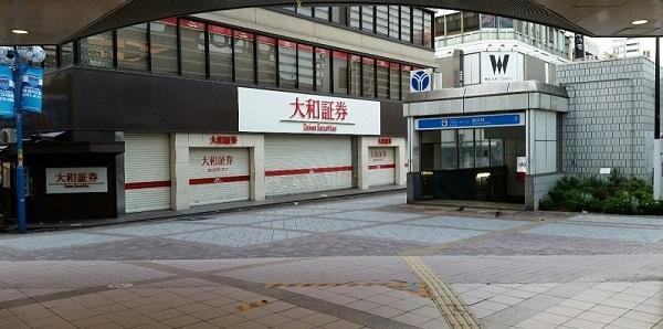 横浜駅みなみ西口の広場