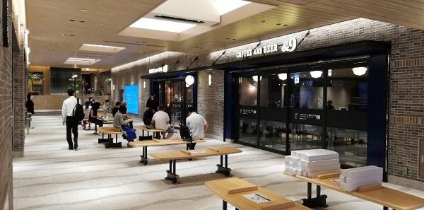 横浜駅ナカ「&9」前のベンチ
